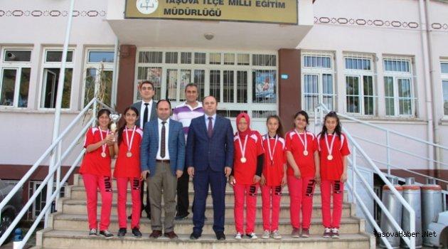 Kız Futbol Takımı Milli Eğitim Müdürü Tümeri Ziyaret Etti