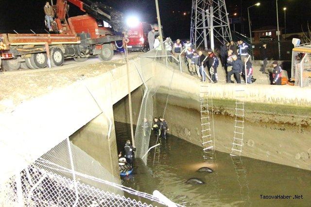 Kum Yüklü Traktörü İle Su Kanalına Düştü